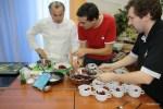 Жозеф Виола сервирует десерт в студии журнала