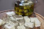 Посыпаем овечий сыр специями