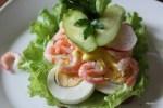 Бутерброд с вареными креветками и яйцом