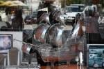 Серебряная каравелла в витрине магазина в Лиссабоне