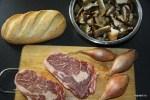 Мясо, грибы, лук и хлеб - все для сэндвича