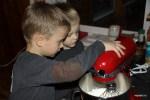 Внукам поручили взбивать сливки с сахарной пудрой