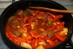 Добавляем к мясу болгарский перец и картофель с помидорами
