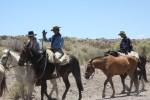 Туристы играют в гаучос в предгорьях Анд. Мендоса, Аргентина