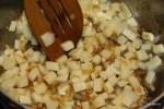 Добавляем кукурузу и картофель к обжаренному луку