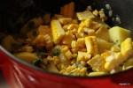Добавляем в кастрюлю картофель и кукурузу
