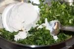 Добавляем в начинку сыр и травы