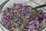 Пикантный салат из красной капусты