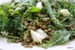 Салат из зеленой чечевицы с кресс-салатом, спаржей и овечьим сыром