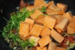Батат добавляем в сковороду с луком и помидорами