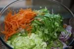 Свежая капуста, лук, морковь и зеленый перец