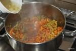 К обжаренным овощам добавляем чечевицу и бульон