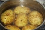 Отвариваем молодой картофель в кожуре