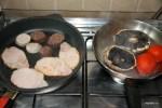 Обжариваю бекон, пудинг и помидоры с грибами портобелло