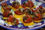 Полента с колбасой и соусом из помидоров