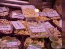 Свежие тортелли, тортеллини и равиоли в витрине магазина в Генуе