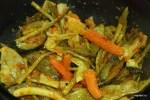 Добавляем в сковороду овощи и перемешиваем