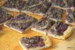 Французская пицца с анчоусами и луком