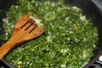 К обжаренному луку и чесноку добавляем мелко нарезанные травы