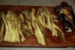 Нарезаем баклажаны на полоски толщиной 1 см