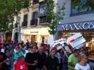 Демонстранты идут по мадридской улице Серрано мимо дорогих бутиков