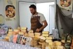 Торговец сырами на уличном рынке в Мадриде