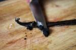 Осторожно соскабливаем острым ножом ваниль из стручка
