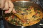 Вливаем в готовый суп яичную смесь, непрерывно помешивая деревянной лопаточкой