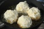 Выкладываем аранчини на сковороду с раскаленным растительным маслом