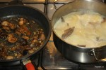Две составные части гратена: жареные грибы и отваренный до полуготовности картофель