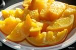 Сваренные апельсины разрезаем на дольки