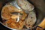 В большой кастрюле обжариваем курицу и свинину