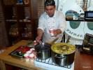 Пабло Гонсалес готовит традиционное чилийское блюдо касуэла