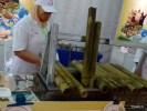 В таких бамбуковых трубках жарят рис
