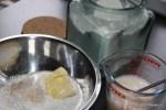 В миске соединяем муку с маслом, а в другой посуде - все жидкие ингредиенты