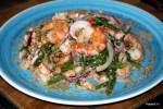 Малайзийский салат из креветок со спаржей с кокосовой стружкой
