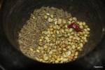 Измельчаем в ступке семена кориандра и кумина с сухим острым перцем