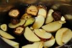 Заливаем яблоки, грибы шиитаке и чеснок соевым соусом и водой