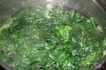 Отвариваем шпинат в кипящей воде