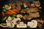 Соединяем на сковороде грудинку и овощи