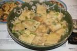 Кусочки тофу панируем в муке и яйце
