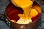 Кладем в кастрюлю все ингредиенты и взбитые яйца