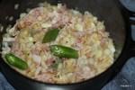 В той же сковороде обжариваем бекон с луком и зеленые перцы