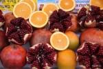 Апельсины и гранаты - самые распространенные фрукты в уличных киосках
