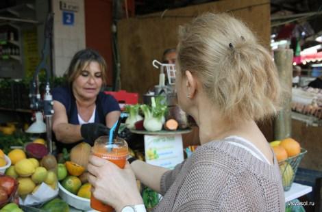 На рынке Кармель в Тель-Авиве  выжимают соки из всех сезонных овощей, фруктов и зелени