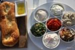 Традиционное израильское мезе в ресторане на набережной Тель-Авива