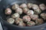Обжариваем фрикадельки в оливковом масле