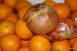 Вот такой лук вызревает на Изумрудном острове: почувствуйте разницу с размером апельсина. Английский рынок. Корк