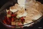 Выкладываем тесто на начинку из ревеня с клубрникой