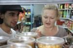 Процесс выбора меджадры - дело ответственное. В лавке специй на рынке Кармель.  Тель-Авив
